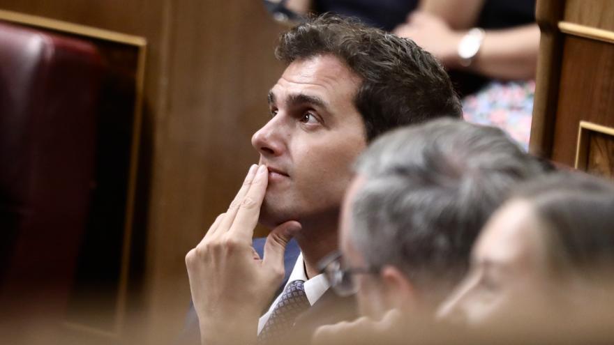 Albert Rivera con la mirada elevada agarrando su mentón durante la investidura de Sánchez, Foto: Marta Jara