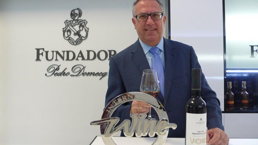 Manuel Valcárcel posa con el trofeo y con la botella de vino.