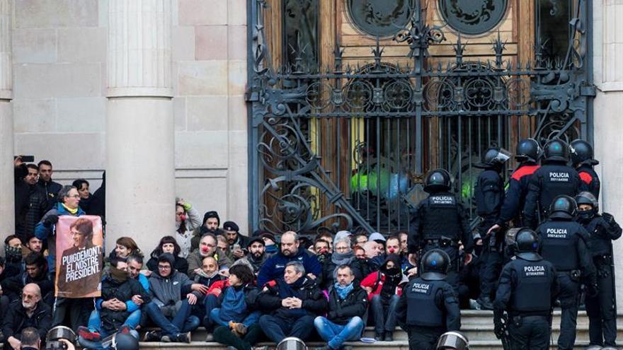 Unos cien activistas impiden la entrada al TSJC en Barcelona durante una hora