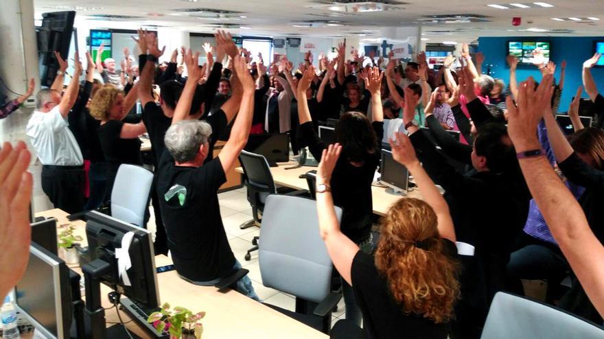 Los trabajadores de RTVE, de negro y con las manos en alto contra el bloqueo del PP