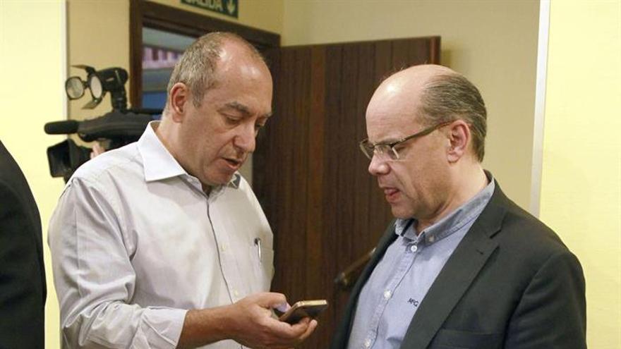 El secretario general de CC, José Miguel Barragan (d), muestra unas anotaciones a Julio Cruz, antes de comenzar la reunión. (EFE/Cristóbal García).