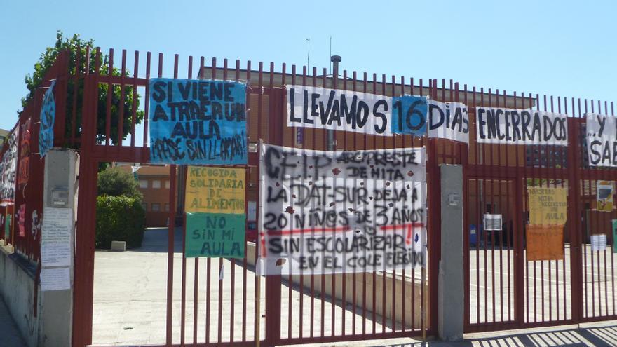 Exterior del colegio Arcipreste de Hita repleto de pancartas. / L.O.