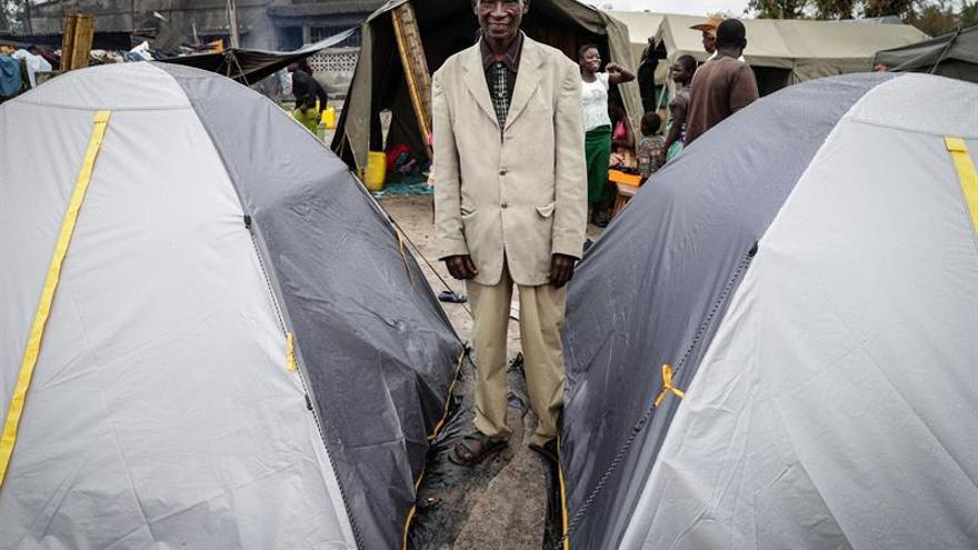 Imagen de un hombre en un campo de desplazados por el ciclón Idai, hoy en Tica, provincia de Sofala, Mozambique