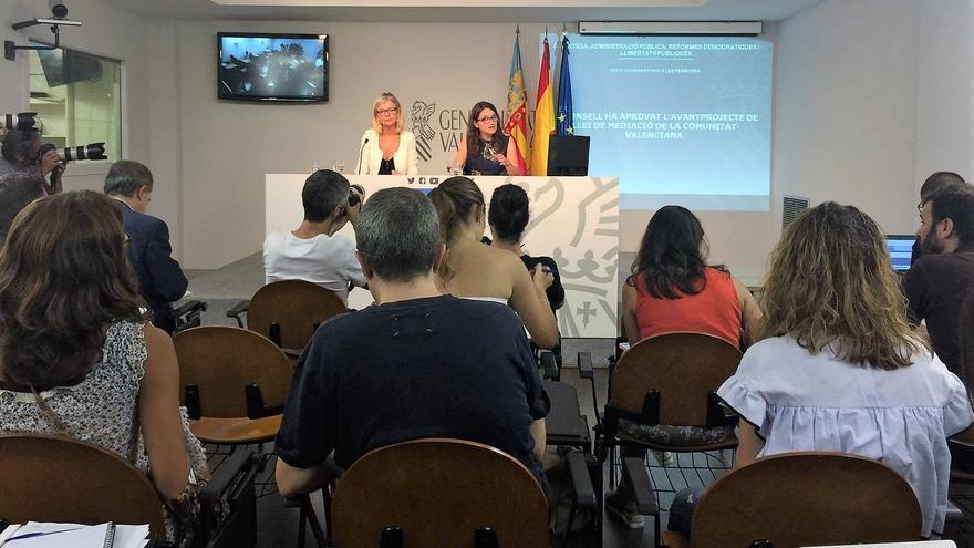 La vicepresidenta Mónica Oltra amb la consellera de Justícia Gabriela Bravo en roda de premsa