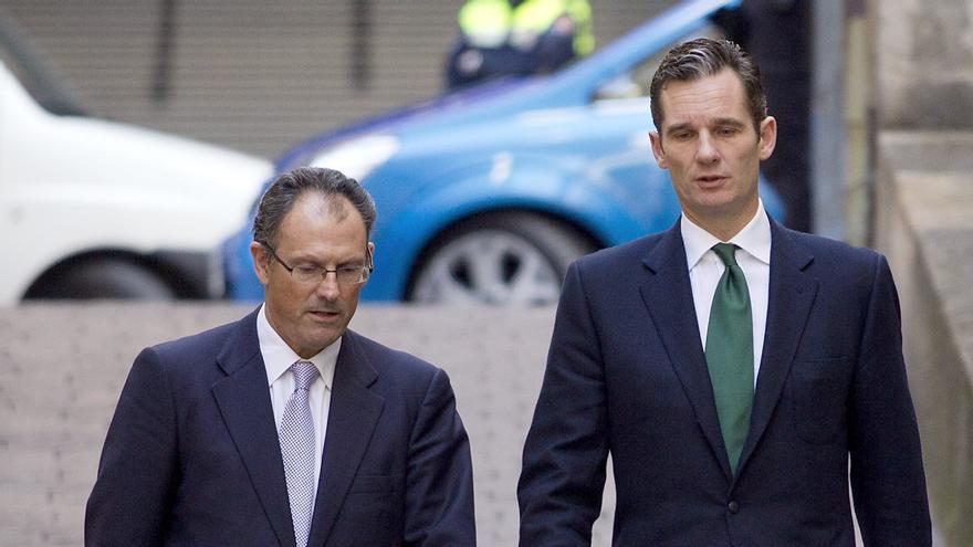 Urdangarin, junto con su abogado, Mario Pascual Vives, a su llegada al tribunal de Palma, en febrero. Efe / Alonso M. Gamero