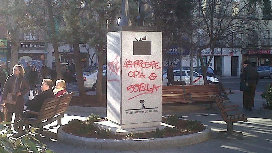 Pintada de protesta contra Ana Botella aparecida el 10 de febrero en esta escultura de la Plaza de Prosperidad de Madrid.