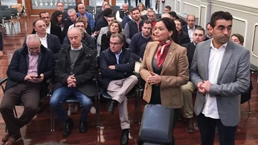 Nidia Arévalo, al frente de los alcaldes durante la protesta en la sede de la Diputación pontevedresa