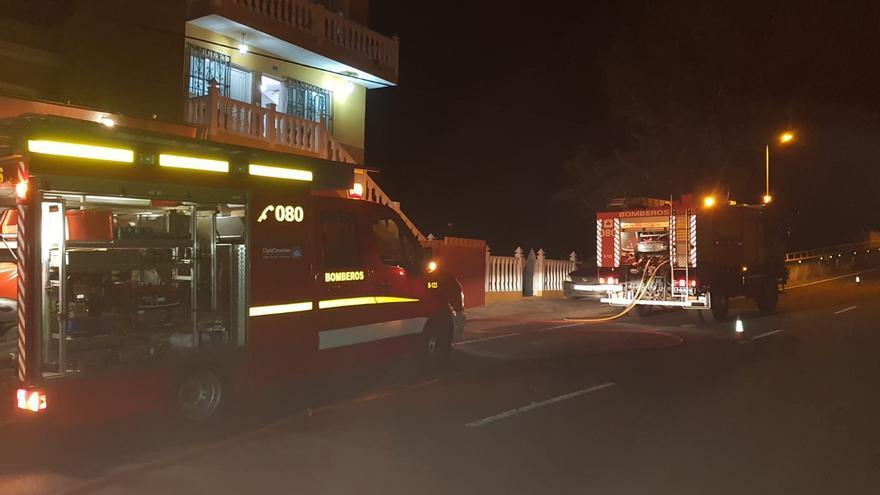 En la imagen, un momento de la intervención de Bomberos La Palma en el incendio registrado en la noche de martes en una finca en Cuesta Cardón, en el municipio de Tazacorte,