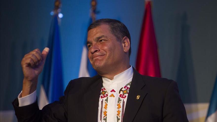 """Correa cree """"histórico"""" el fallo que obliga a exbanqueros a indemnizar a Ecuador"""