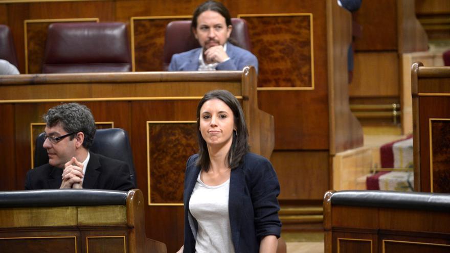 Irene Montero camina hacia la tribuna en la primera jornada del debate de la moción de censura.
