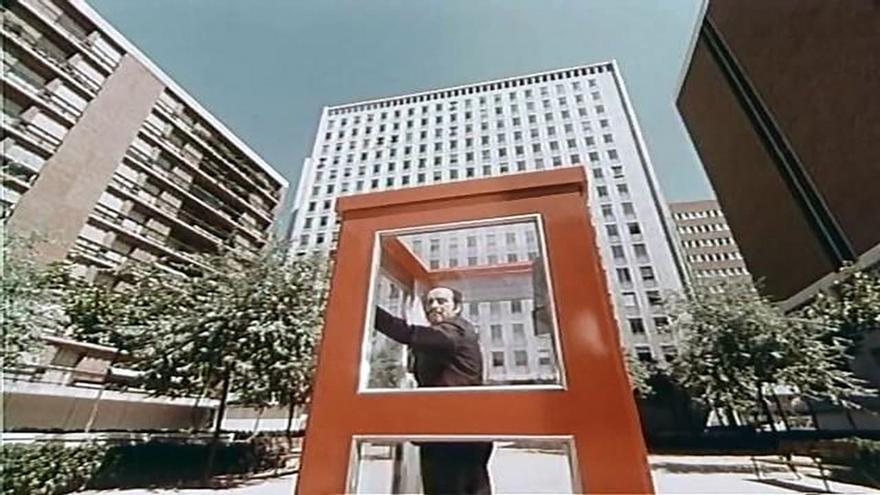 Fotograma de 'La Cabina', con el edificio de Arapiles 13 al fondo   RTVE