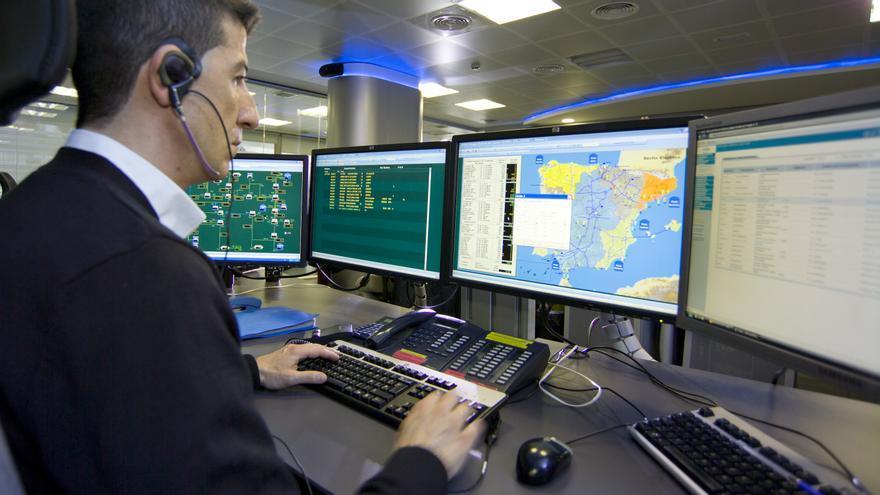 Un empleado en el centro de control de Enagás