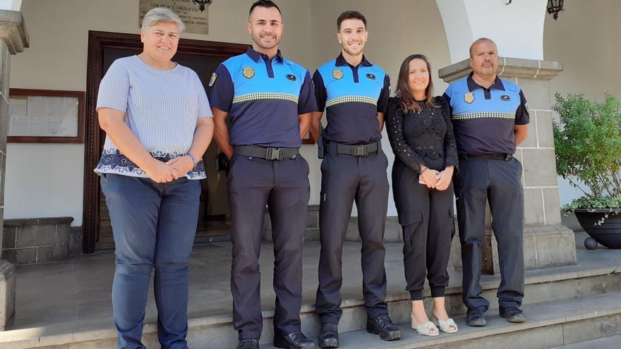 Noelia García (i), alcaldesa de Los  Llanos de Aridane, y Lorena Hernández, concejala de Seguridad, con los dos nuevos agentes  y el jefe de la Policía Local.