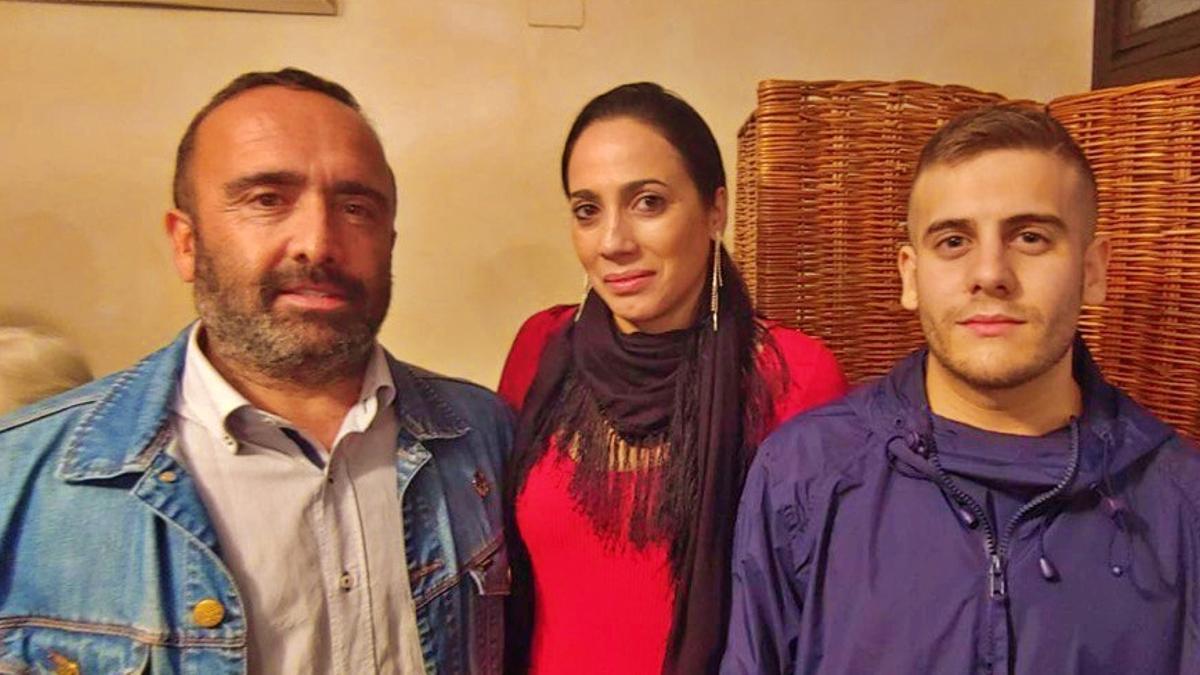 A la derecha el alcalde de Valverde del Fresno, Amalio Robledo, junto a la primera teniente de alcalde Nuria Simón, y el secretario provincial del PSOE en Cáceres, Miguel Ángel Morales