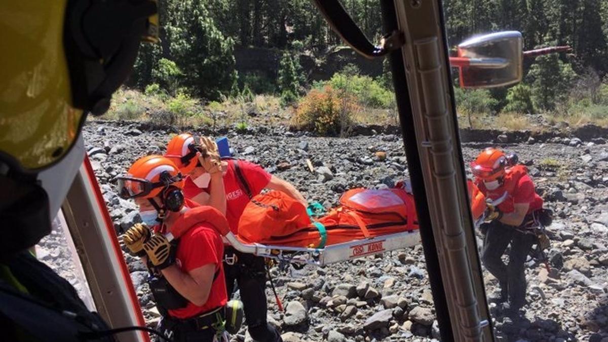 Rescatadores del GES evacúan a la senderista.