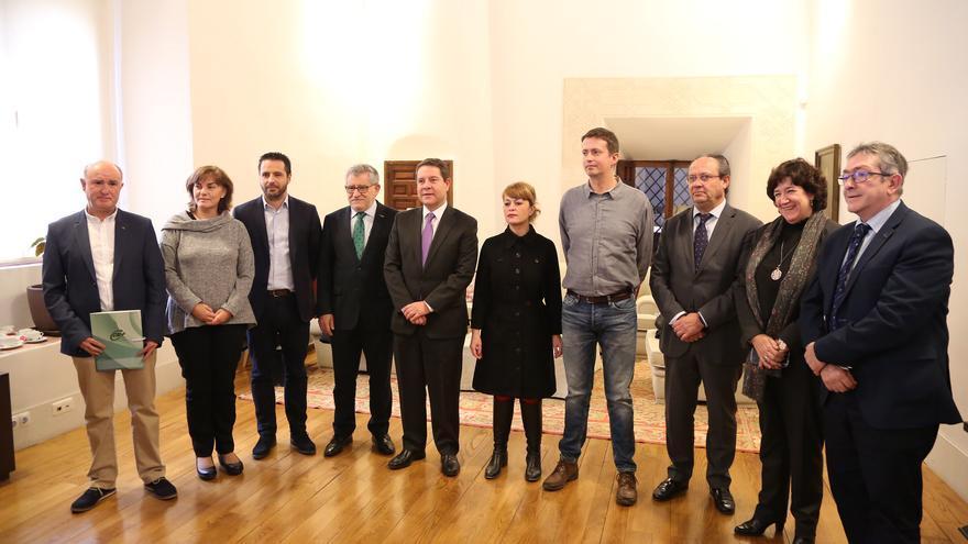 Emiliano García-Page y Ángel Felpeto con representantes de CCOO, UGT, STE, ANPE y CSIF