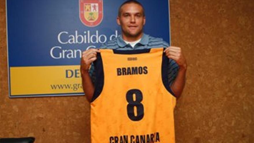 Michael Bramos fue presentado en el Centro Insular de Deportes. (CB GRAN CANARIA)
