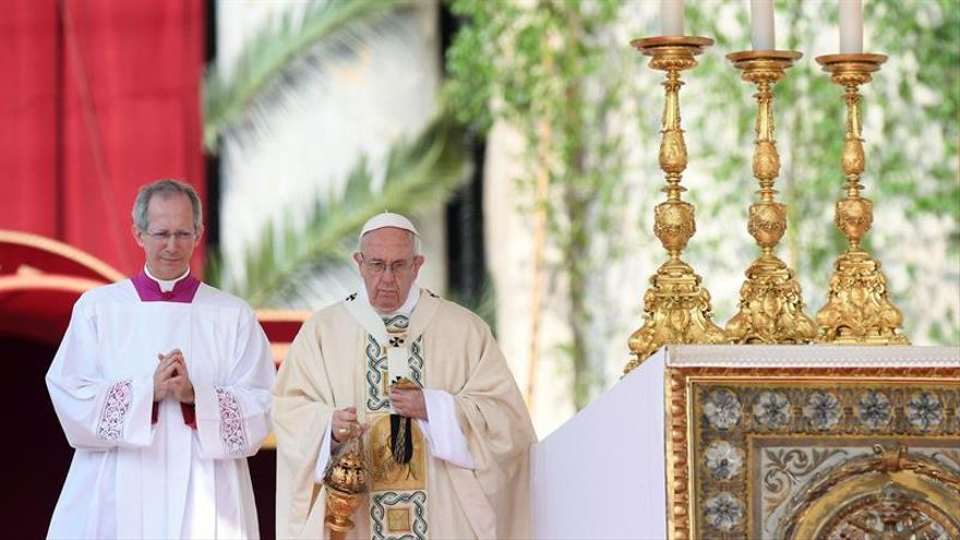 """El papa pide a fieles pensar que """"Cristo ha resucitado"""" ante tantas tragedias"""