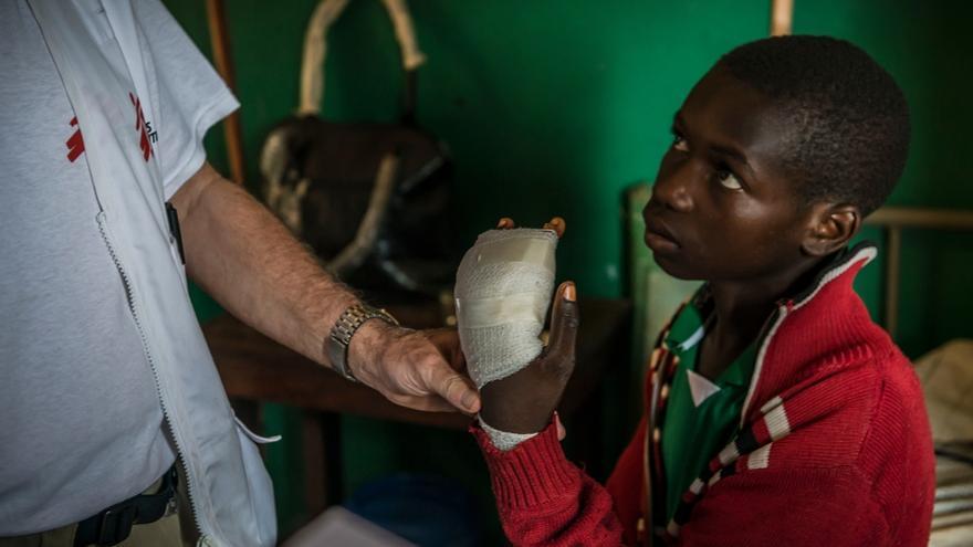 Paciente con una herida revisada por un cirujano de MSF en el Hospital Regional de Berberati