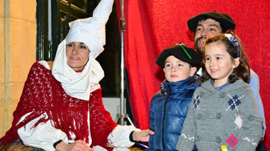 Olentzero y Mari Domingi reciben a los niños en Santurtzi / Foto: Emilio Dueñas