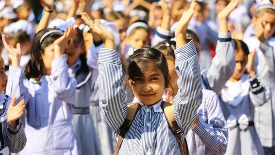 Niños y niñas refugiados de Palestina en una escuela.
