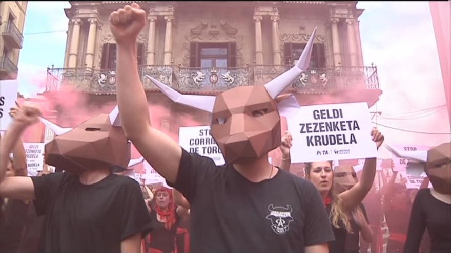 Protesta convocada por PETA y AnimaNaturalis contra la violencia en los sanfermines de Pamplona.