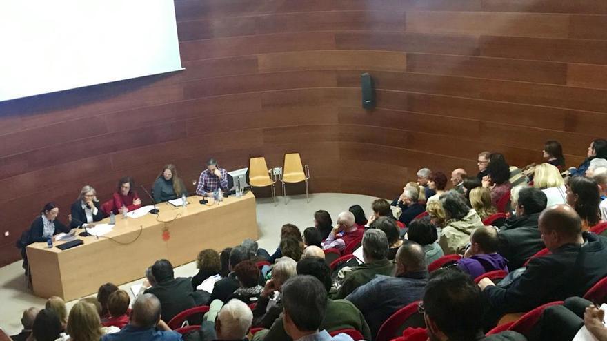 El salón de actos del edificio Moneo contó con la presencia de numeroso público, entre los que se incluían representantes de los principales partidos de la Región de Murcia a excepción del Partido Popular