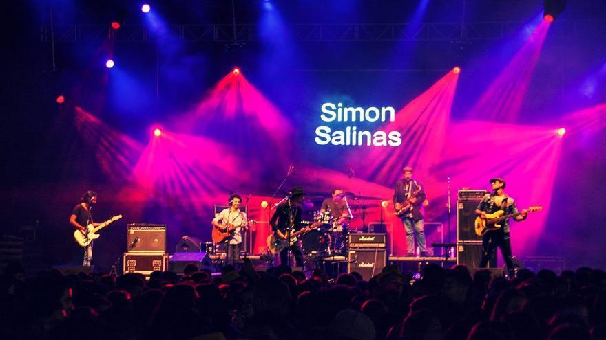 Simón Salinas y su banda, en una actuación reciente