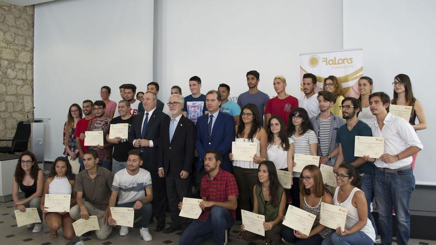 46 estudiantes reciben becas dotadas con 52.000 euros para sus matrículas.