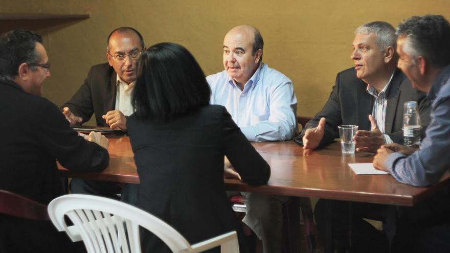 En la imagen, Zarrías (centro) junto a Julio Cruz, Manuel Marcos, Néstor Paz, y Chema de Vargas.