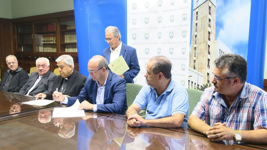 Firma del convenio entre el Cabildo de La Palma y el Obispado.