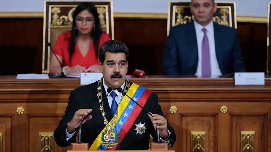 Maduro sube los salarios un 40 % y endurece el control de precios contra la crisis