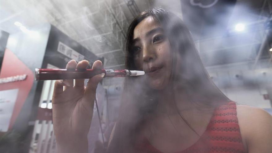 Nuevos estudios alertan de riesgos para la salud de cigarrillos electrónicos