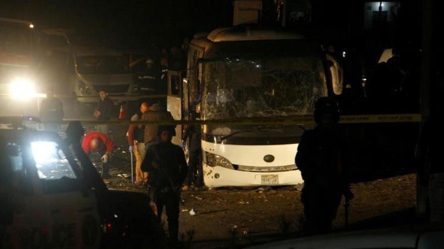 Dos muertos y 14 heridos en una explosión en un bus cerca de las pirámides de Guiza