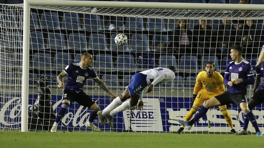 Moore remata de cabeza durante el CD Tenerife-Real Valladolid