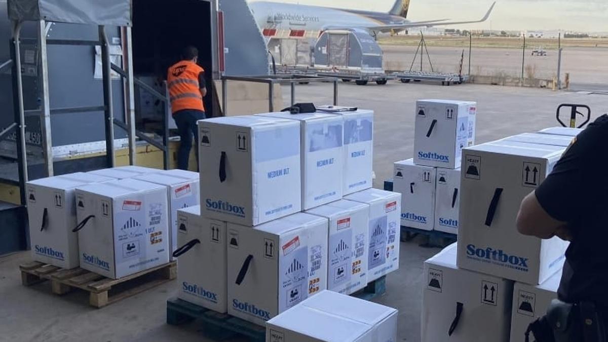 Un cargamento de vacunas de Pfizer llega al aeropuerto de Manises, en Valencia.