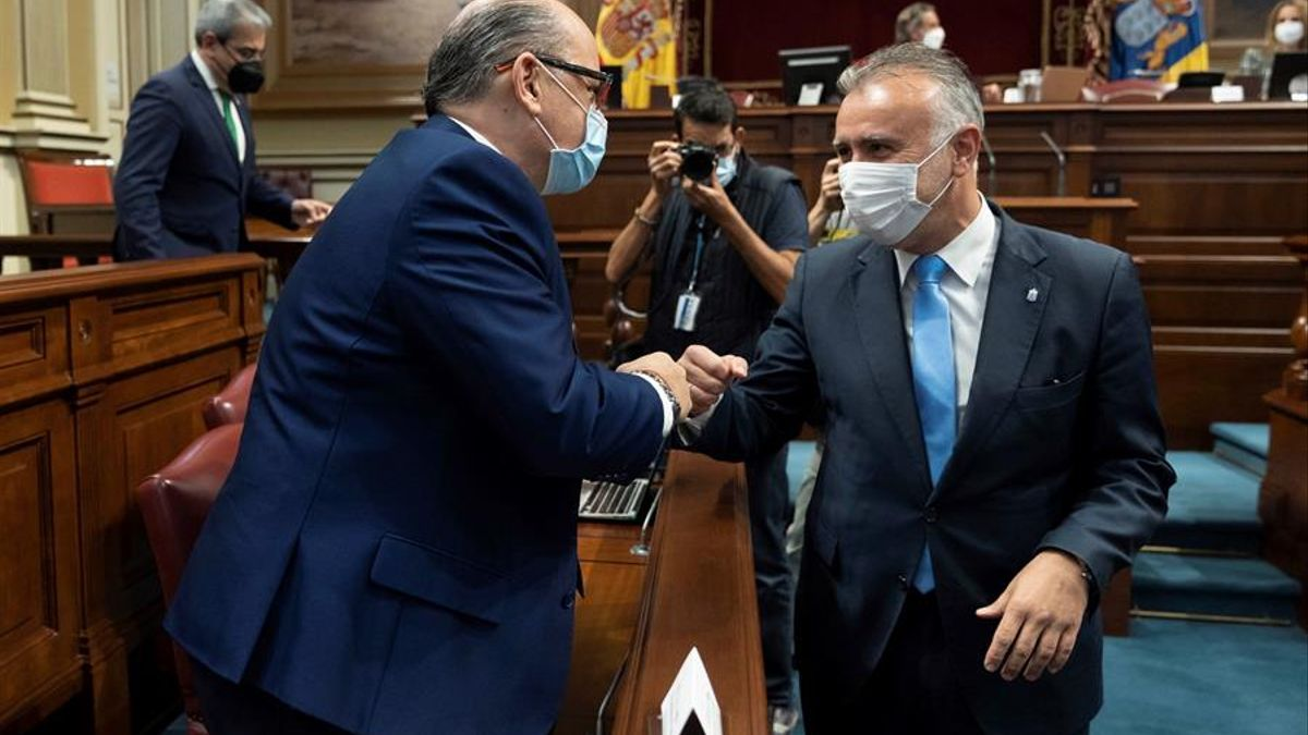 El presidente del Gobierno de Canarias, Ángel Victor Torres (d), y el diputado de Coalición Canaria José Miguel Barragán