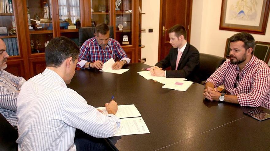El secretario del Ayuntamiento de Adeje, Héctor Gallego, segundo por la derecha, con chaqueta negra,