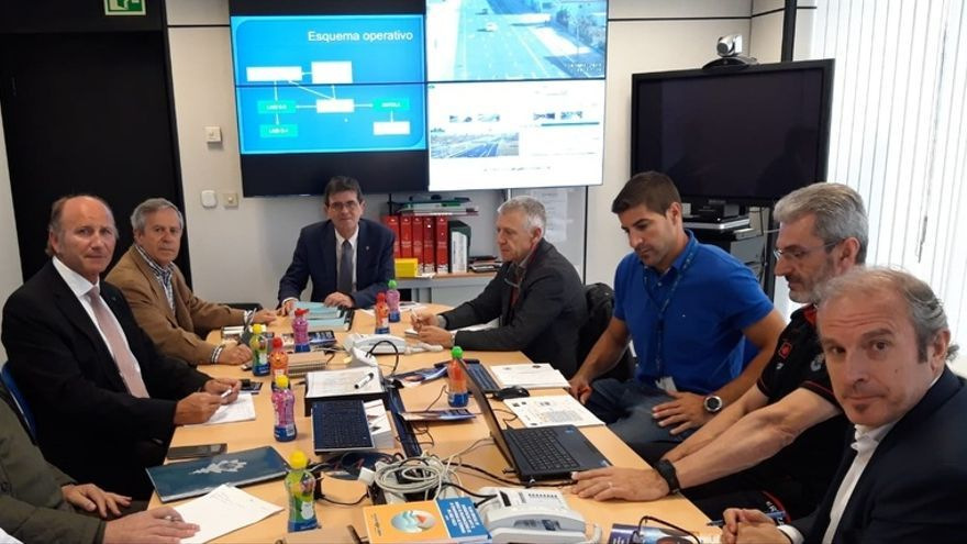 Jon Sánchez, primero por la derecha, en una reunión de coordinación de Emergencias