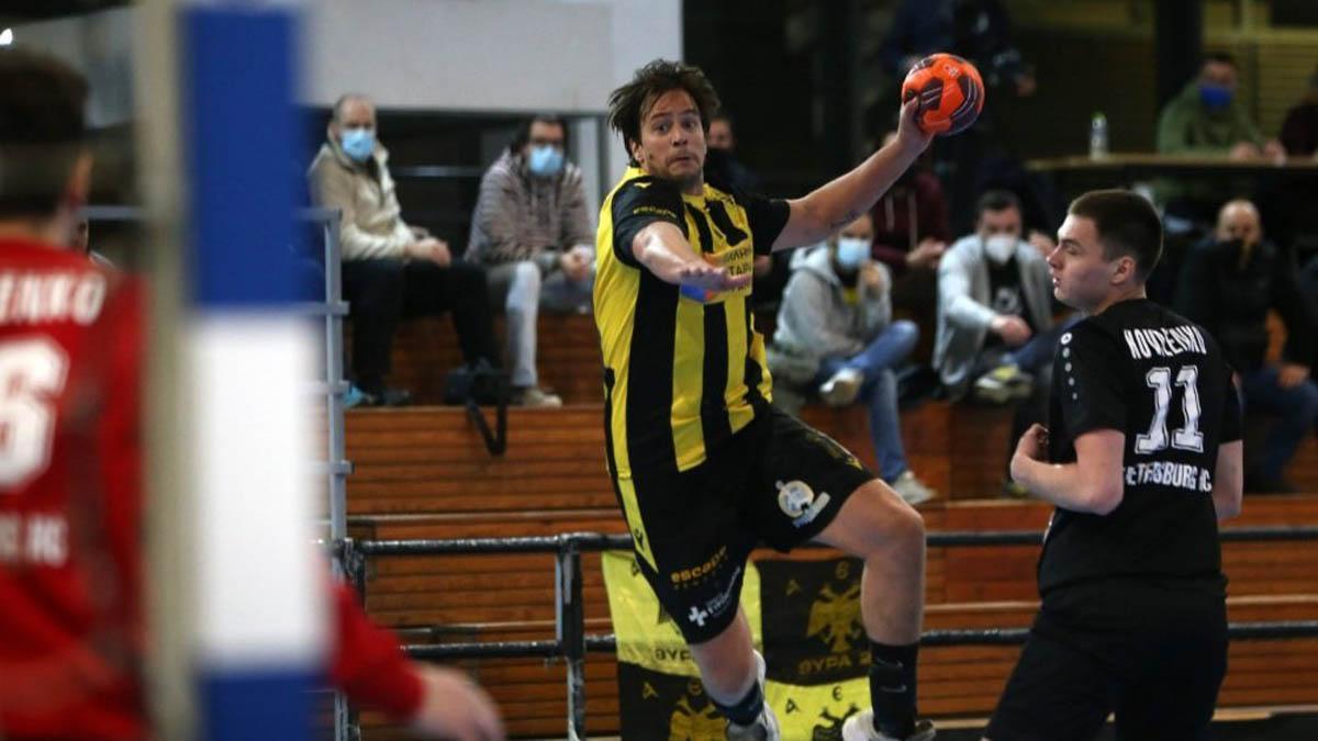 Luisfe, en un partido con el AEK Atenas