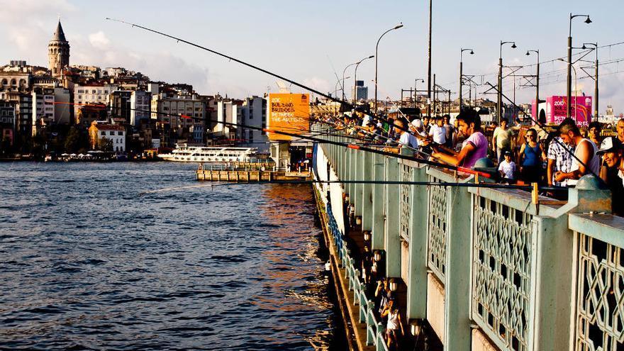 Pescadores en el Puente de Gálata, uno de los lugares emblema de la ciudad de Estambul. VIAJAR AHORA