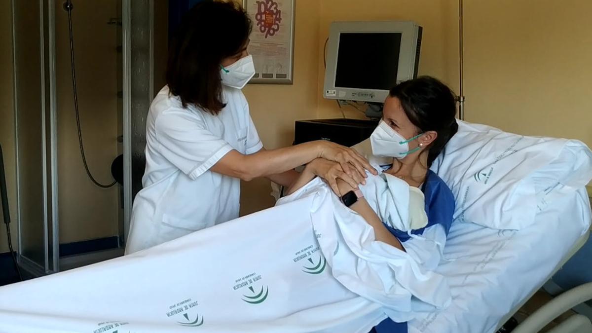 Una madre con su hijo en el hospital de Montilla