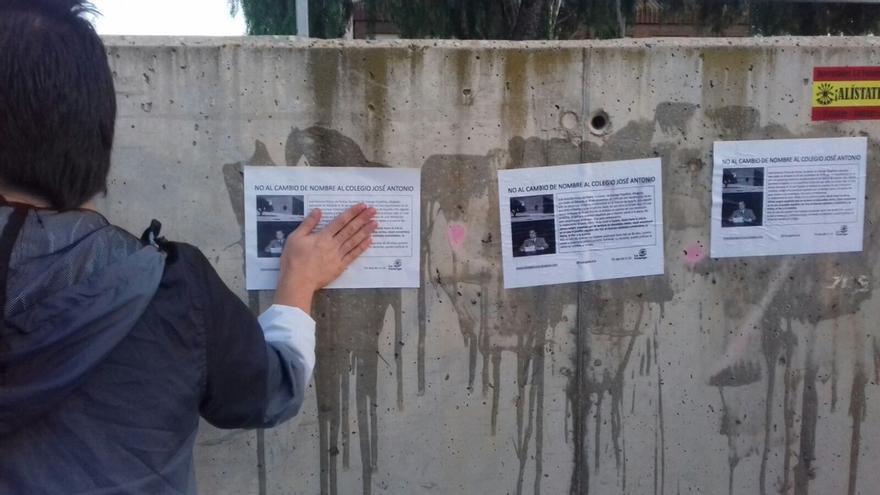 Panfletos pegados contra el cambio de nombre del colegio José Antonio.