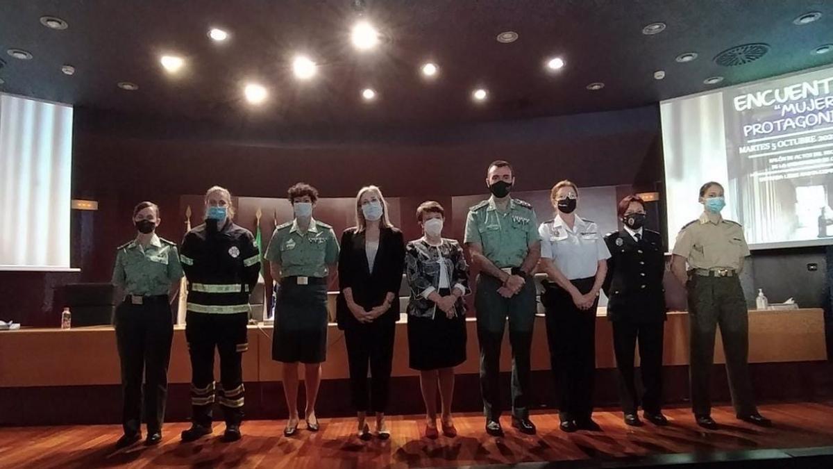 Asistentes a la jornada 'Encuentros Mujer Protagonista', con mujeres miembros de la Guardia Civil, Policía Nacional, Policía Local, Fuerzas Armadas y Bomberos de Córdoba