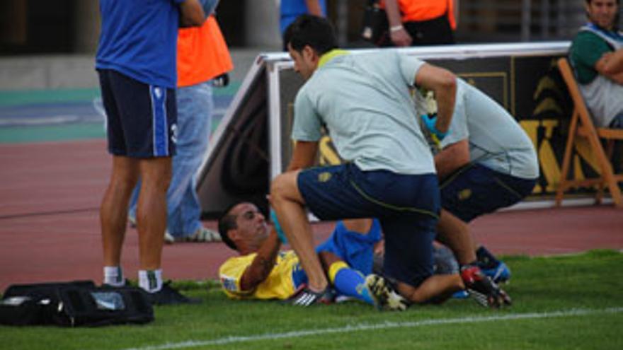 David González recibe atenciones médicas el sábado, justo tras producirse la lesión. (ACFI PRESS)