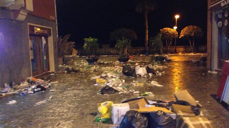 Imagen de la Calle Apurón, esta madrugada, antes del comenzar el operativo de limpieza.