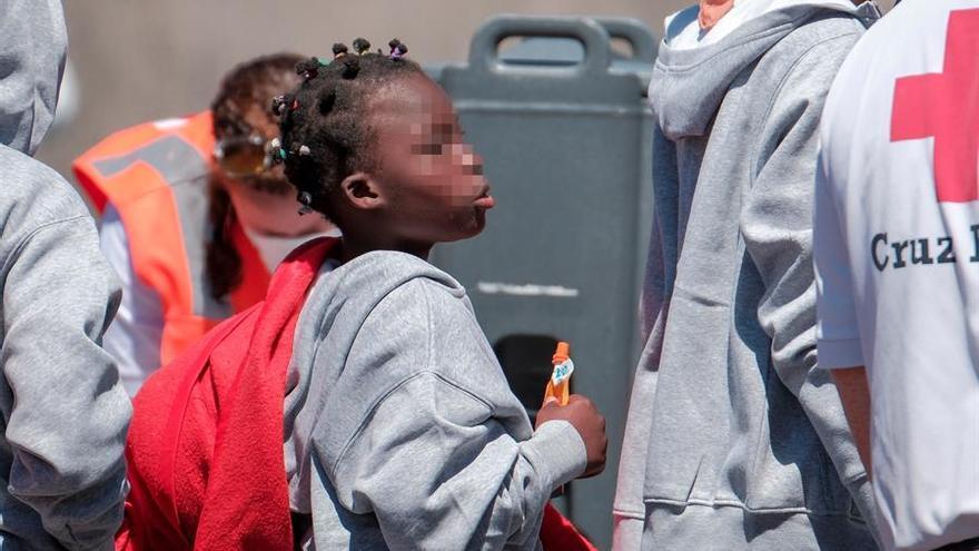 Mace, la niña africana de unos ocho años que llegó este lunes en una patera a Gran Canaria sin ningún pariente ni amigo que la acompañase