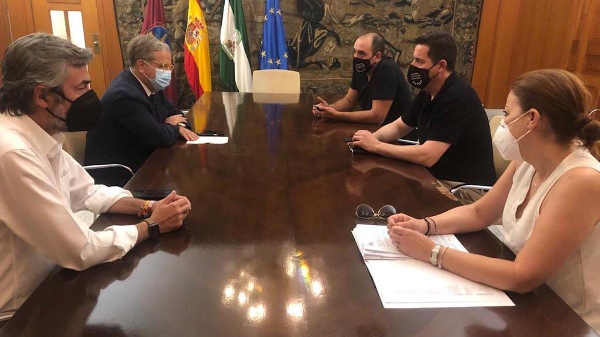 Torrico y Fuentes, con los representantes de Hostecor.