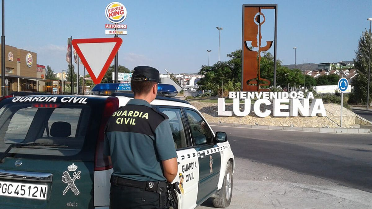 Un agente de la Guardia Civil en Lucena.