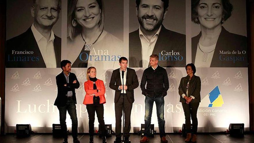 El presidente del Gobierno de Canarias, Fernando Clavijo (c), acompañado por los candidatos al Congreso y al Senado por la provincia de Sant Cruz de Tenerife de Coalición Canaria, Francisco Linares (2d), Ana Oramas (2i), María de la O Gaspar y Carlos Alonso (i), durante el acto de inicio de campaña